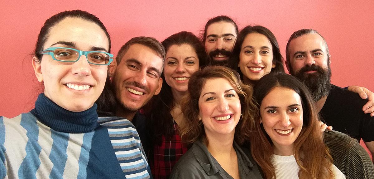 Η Δάφνη Τσεβρένη με τους συνιδρυτές της Clio Muse και μερικά μέλη της 11μελούς ομάδας!